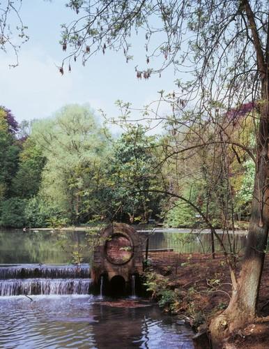 De cascade in het Klein Park van Lovenjoel, zonder medaillons.