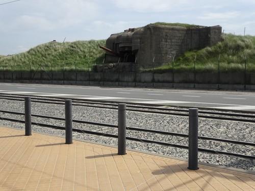 zeedijk met restanten van de kustverdediging van Atlantikwall