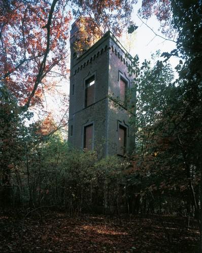 Een voor de streek unieke folly: de belvedèretoren op het hoogste punt van het Korbeeks Kasteeldomein in 1856 is gebouwd naar aanleiding van de 25ste verjaardag van de troonsbestijging door Leopold I.