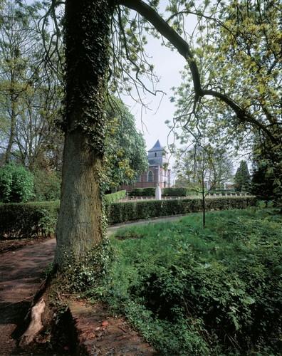 De Sint-Lambertuskerk van Lovenjoel, sinds 1854 in een neogotisch kleedje, vromt het oostelijke eindpunt van de hoofdvista in het Groot Park van Lovenjoel.