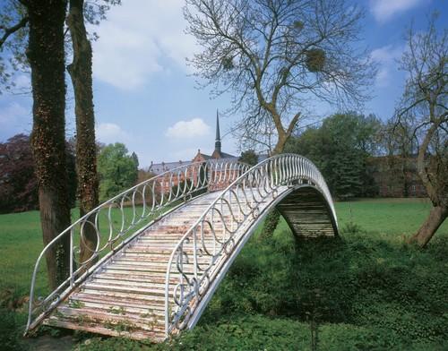 De 'Chinese' brug over de Molenbeek in het Groot Park van Lovenjoel, op de achtergrond het hoofdgebouw van 'Salve Mater'.