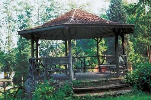 Boven op de voormalige ijskelder in het Groot Park van Lovenjoel werd in 1926 een prieel gebouwd.