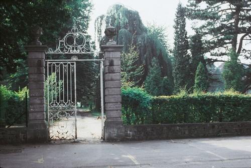Het smeedijzeren toegangshek op het kerkplein van Lovenjoel werd enkele jaren later bij nacht en ontij uit zijn hengsel worden gelicht en opgeladen.