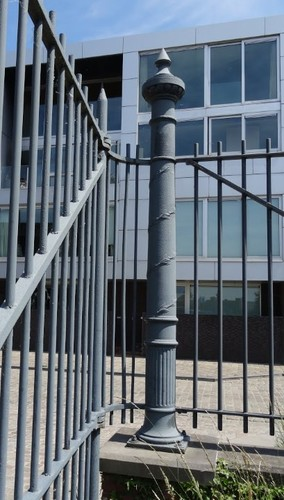 Gent Voorhavenlaan zonder nummer Detail van een zuil in het hek