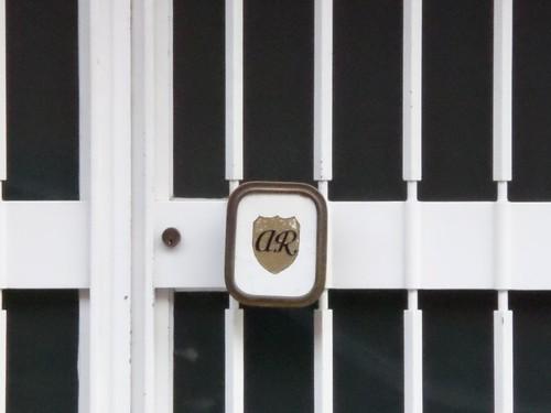 Mechelen Adegemstraat 31 Initialen van de architect op de deurknop