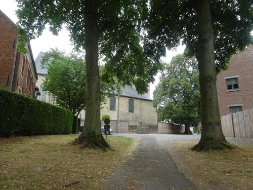 Dorpskern van Leefdaal met St.-Lambertuskerk, ommuurd kerkhof, kapelanie en vermijdelijke vrijheidsboom