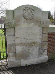 Ieper: Ypres Reservoir Cemetery: toegangszuil (https://id.erfgoed.net/afbeeldingen/2347)
