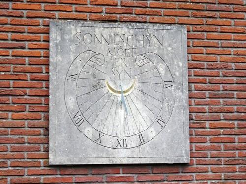 Eeklo Oostveldstraat 1 Zonnewijzer tegen de zuidmuur van het gebouw ten noorden van de Heilig Hartkapel