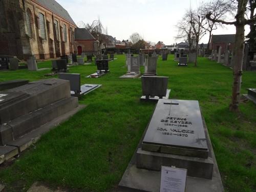 Sint-Laureins Dorpsstraat 107 Kerkhof rond de parochiekerk Sint-Laurentius