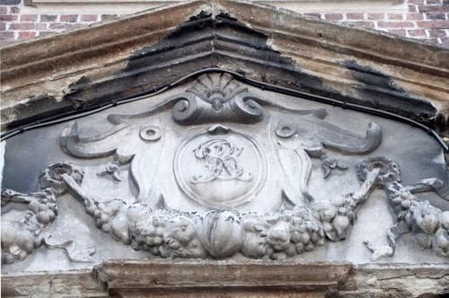Oudenaarde Jezuietenplein 24, 25 Detail deurfronton