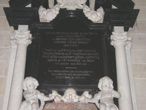 Ieper: kathedraal: gedenkplaat Delaere: detail