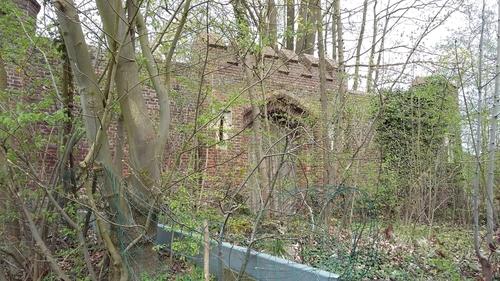 Fruitmuur, restant van de 19de-eeuwse parkaanleg op het Nieuwenhovendomein, Engelbamp