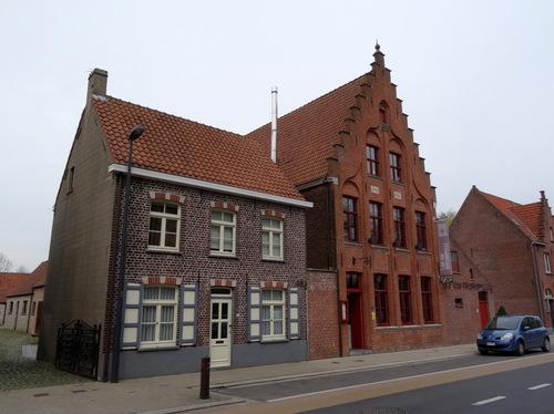 Damme Bradericplein 23 Dorpswoning en neogotisch burgerhuis 't Hof van Vivenkapelle