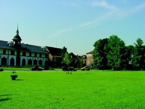 De in de jaren 1970 gerenoveerde paardenstallen, op de voorgrond de gedempte uitloper van de parkvijver van Rattendaal.