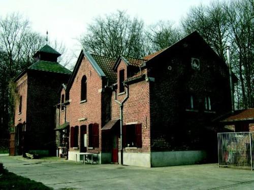De dienstgebouwen van het kasteel Groenenberg.