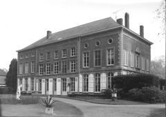 Kasteel van Crombrugghe met dienstgebouwen en oranjerie