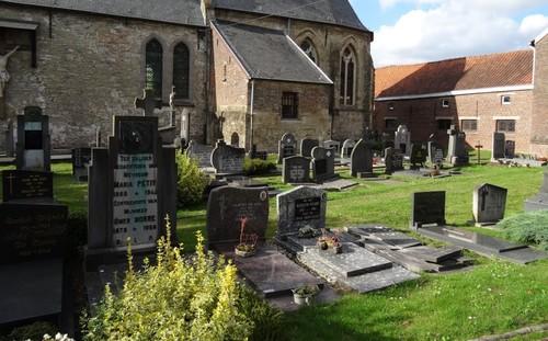 Zwalm Paulatemstraat 57 Zuidzijde van het kerkhof bij de Sint-Gangulfuskerk