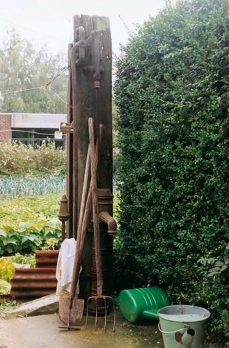 Waterpomp en tuinalaam van het boerentuintje Dorp 31 te Aalst