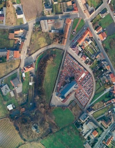 Luchtfoto van Brustem met de ruïnesite, de kerk met kerkhof en de pastorie