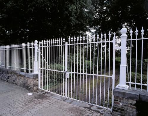 Het inrijhek naar het herenboerenparkje Luikersteenweg 561