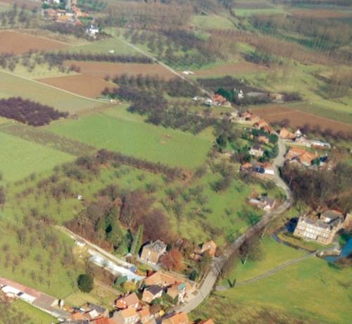 Luchtopname van Groot Gelmen met rechts het kasteel De Motte en aan de overkant de villa Les Tilleuls