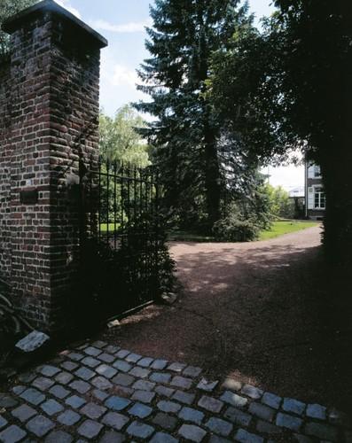 De ommuurde tuin van Dreefstraat 49