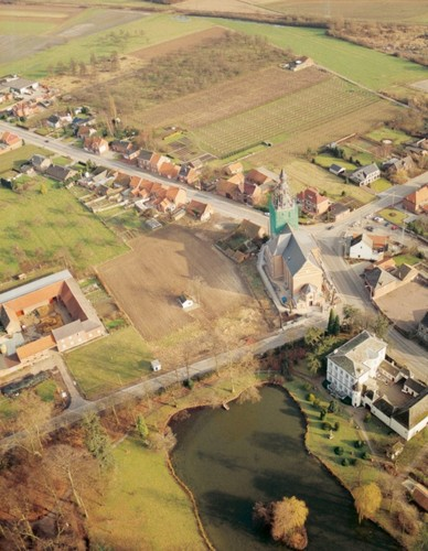 Luchtfoto vanuit het zuidenmet links van de kerk, het kasteel van Melveren, rechts de oude pastorie en er tegenover de nieuwe