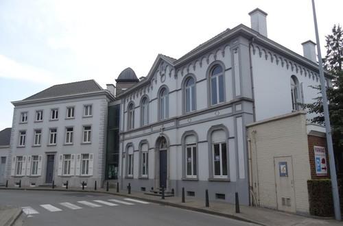 Kluisbergen Stationsstraat 10 Het herenhuis met daarlangs de pastorie