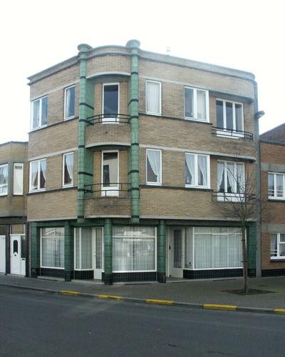 Modernistisch hoekappartementsgebouw
