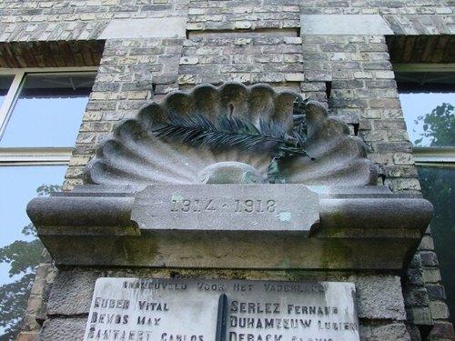 Ieper: Minneplein: gedenkplaat De Mote: detail
