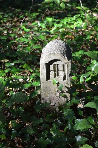 Cementen paaltje met initialen van de eigenaar-ontwerper van Bunswijck.