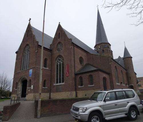 Zulte Gaston Martensplein zonder nummer Zuidwestzijde van de Sint-Petrus en Pauluskerk