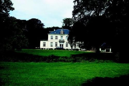 Het Kasteel De Bruyn en de vijver vanuit het zuiden.