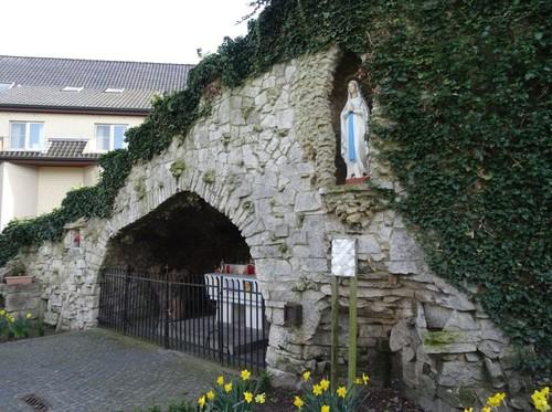 Anzegem Dorpsplein zonder nummer Lourdesgrot bij de parochiekerk Sint-Jan-Baptist en Eligius