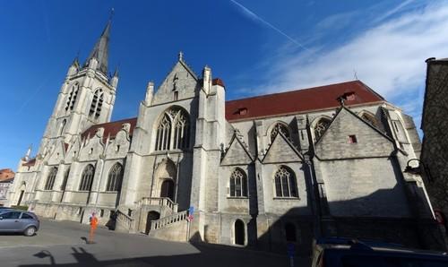 Ronse Kaatsspelplein zonder nummer Zuidoostzijde van de Sint-Hermeskerk