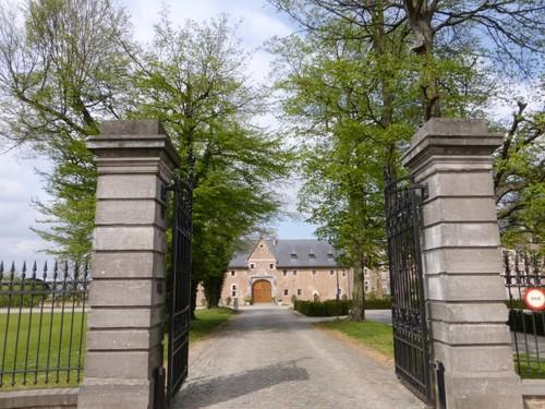 Hekpijlers markeren de toegang tot het kasteel van Ordingen.