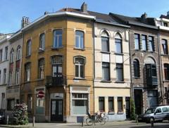 Hoekcomplex van winkel- en burgerhuizen in art nouveau