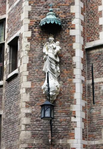 Antwerpen Prinsstraat 13 oostelijke binnenplaats Madonna