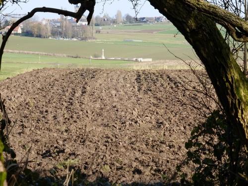 """Zicht op de Commonwealth militaire begraafplaats """"Spanbroekmolen Britisch cemetery"""" vanaf de kraterlip van de mijnkrater Pool of Peace"""