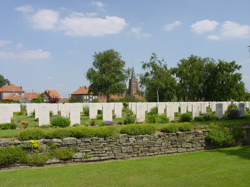 Dranouter: Dranoutre Military Cemetery: kerk op achtergrond