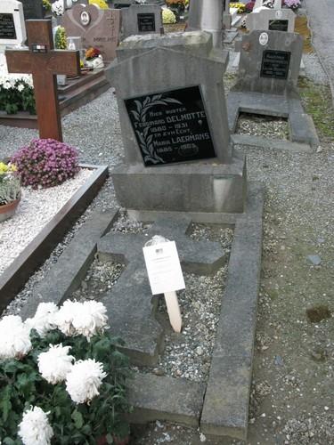 Parochiekerk Sint-Michiel met kerkhof
