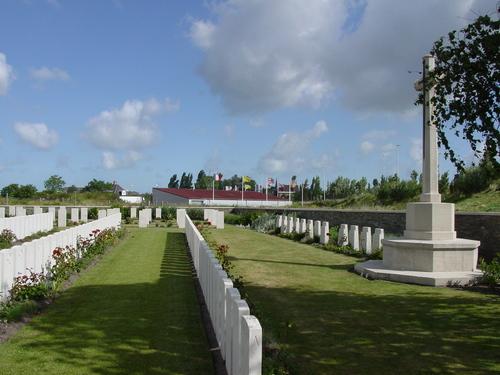 De Panne: Adinkerke Military Cemetery: Cross en Duitse grafstenen