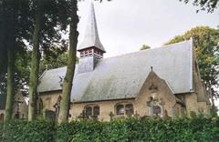 Heropgebouwde parochiekerk Sint-Jacob met omringend kerkhof