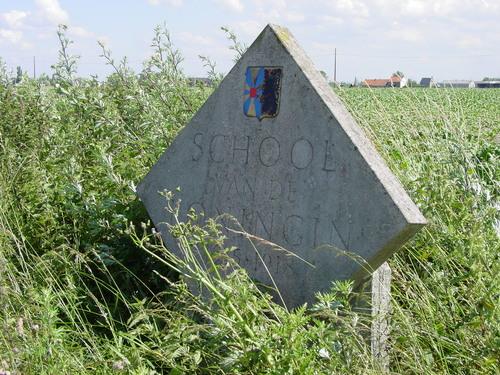 Wulveringem: Katjeshillestraat: School: Naamsteen