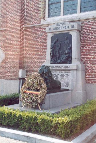 Anzegem Dorpsplein zonder nummer Oorlogsgedenkteken bij de parochiekerk Sint-Jan-Baptist en Eligius