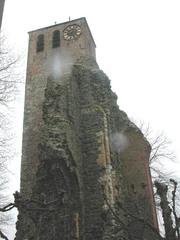 Parochiekerk Sint-Pietersbanden met kerkhof en westbouwruïne Sint-Leonarduskerk