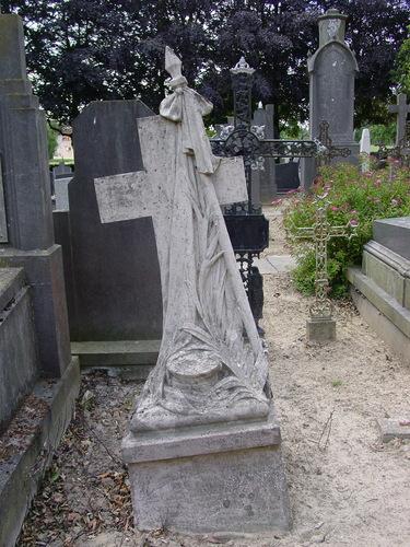 Alveringem Bellestraat zonder nummer Parochiekerk Sint-Petrus Kerkhof  Graf Wenis