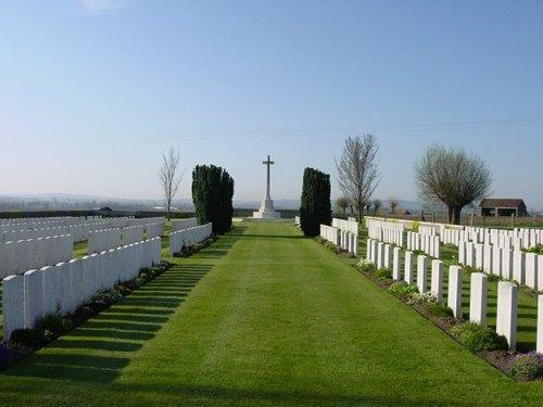 Poperinge: Nine Elms British Cemetery: Cross met panorama