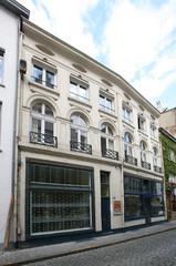 Twee gekoppelde laatclassicistische winkelhuizen