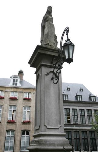 Antwerpen Vrijdagmarkt zonder nummer Openbare pomp met Sint-Catharinabeeld